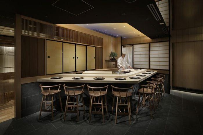 Không gian nhà hàng được thiết kế sang trọng ấm cúng với nội thất đơn giản mà tinh tế